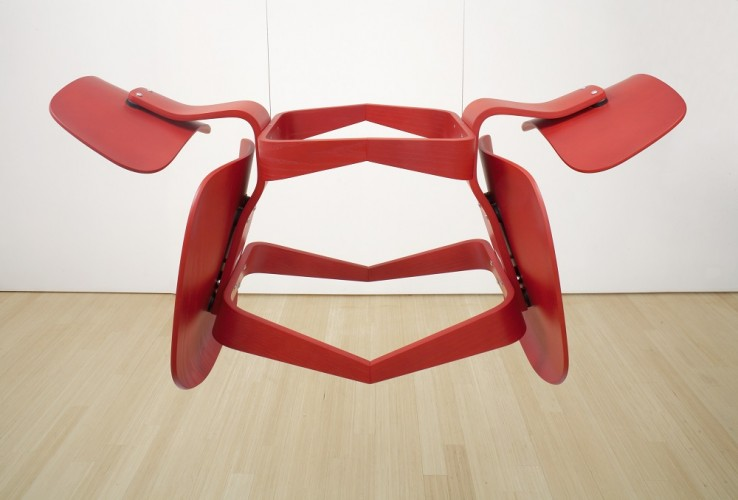 Edgar Orlaineta, Narcissus, 2002.Two LCW chairs (Charles and Ray Eames, 1946, for Herman Miller, reproduction) and steel cables. Courtesy Sara Meltzer, New York. © Edgar Orlaineta